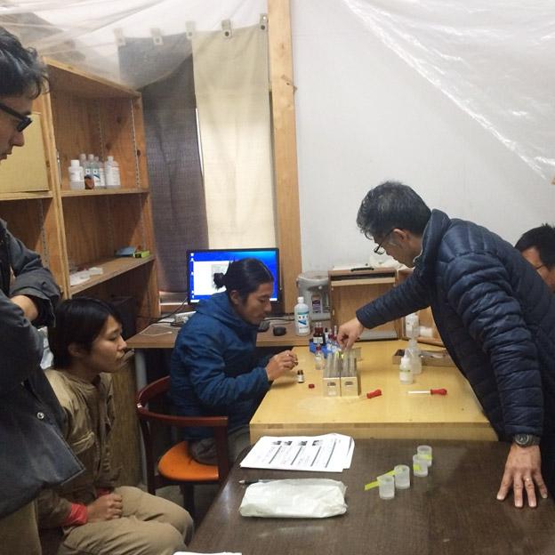 TREE&NORF-ジャパンバイオファーム元木氏より土壌解析のレクチャーを受ける
