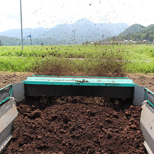 鳥取のおいしい野菜 TREE&NORF ほ場の堆肥を散布 タカキタのマニアスプレッダ