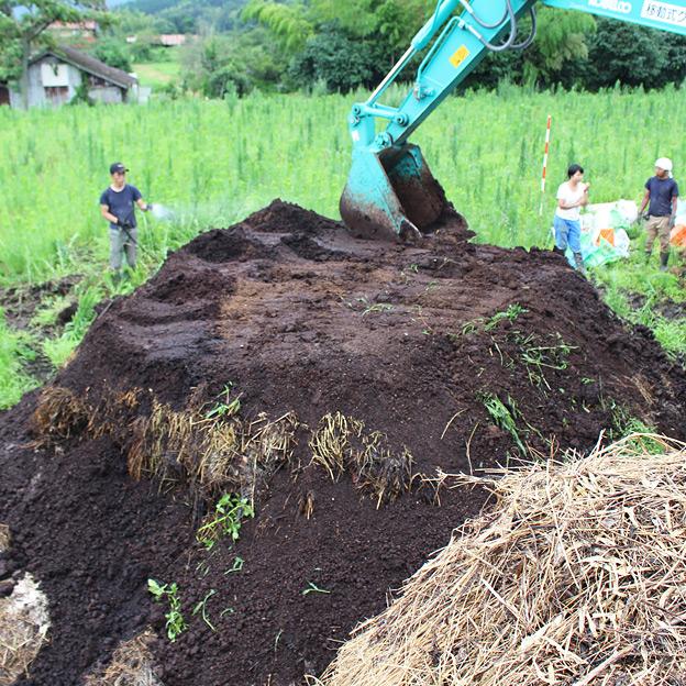 鳥取のおいしい野菜 TREE&NORF 太陽熱養生処理に使用する堆肥の仕込み