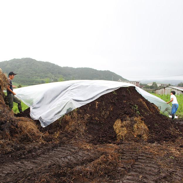 鳥取のおいしい野菜 TREE&NORF 太陽養生処理に使用する堆肥の仕込み