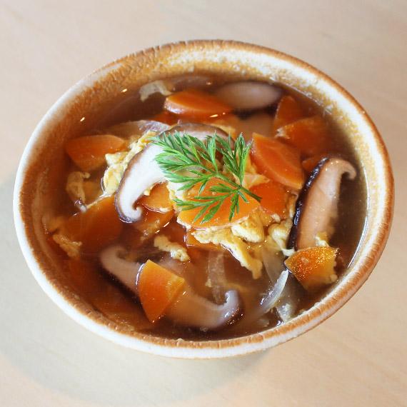 にんじんとしいたけの卵コンソメスープ